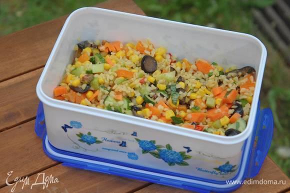 В салат добавить базилик, теплый булгур, все перемешать и посыпать фисташками.