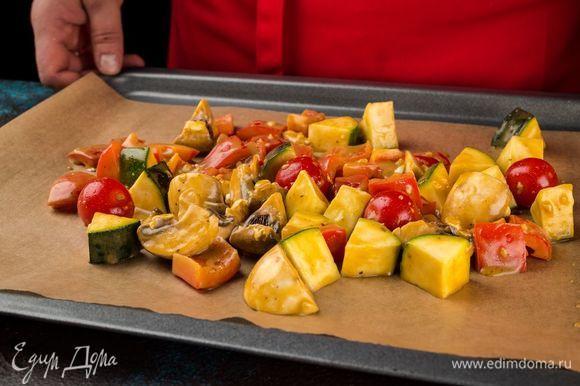 Достаньте овощи и грибы из маринада и запеките их в духовке в течение 10 минут при 200°С. Важно следить, чтобы они не подгорели.