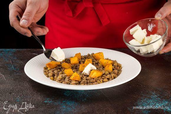 Соедините тыкву с чечевицей, добавьте специи и полейте оливковым маслом. Сверху положите нарезанный кубиками сыр фета.