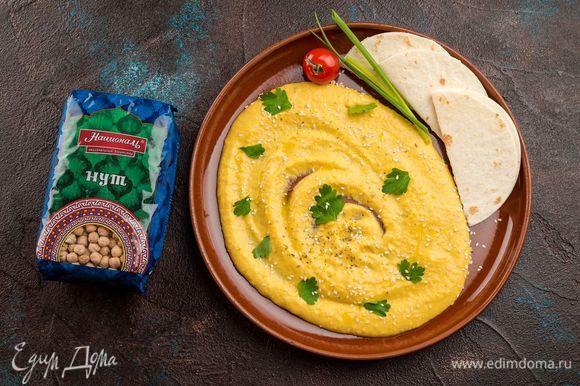 Взбейте все ингредиенты в пышную массу. По желанию можно добавить в хумус пряные специи: молотую зиру, кориандр и свежий чеснок.