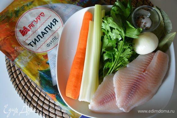 Для рыбного бульона: овощи помыть, почистить, тилапию помыть и просушить. Для рыбного бульона можете использовать любую рыбу с кожей или без. Я использовала 3 филе тилапии. Все ингредиенты выложить в чашу мультиварки-скороварки, добавить воды, включить режим «Суп» или «Варка» на 15 минут (время указано мультиварочное). Готовый бульон процедить. Морковь и рыбу можете также добавить в суп, а остальное выбросить, но я добавлять не стала.