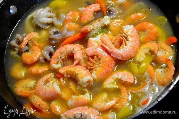 Выложить подготовленные морепродукты в кипящий бульон, перемешать, закрыть крышкой и варить 2 минуты (отсчет времени после закипания бульона). Добавить томатную пасту, перемешать и варить еще минуту. Вместе с томатной пастой в суп еще добавляют белое сухое вино примерно полстакана. Мой суп ели дети, поэтому я алкоголь не добавляла. Накрыть крышкой и дать настояться 5-10 минут.