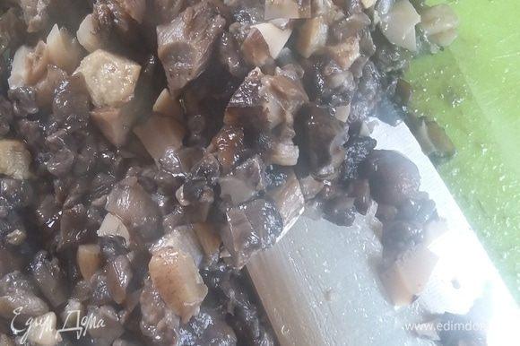 Для грибного дюкселя можно взять сухие шиитаки, которые предварительно следует вымочить в воде, или свежие. Грибы пробить в блендере или очень мелко порезать. Готовить в течение 5-10 минут, помешивая, чтобы вся жидкость выпарилась.