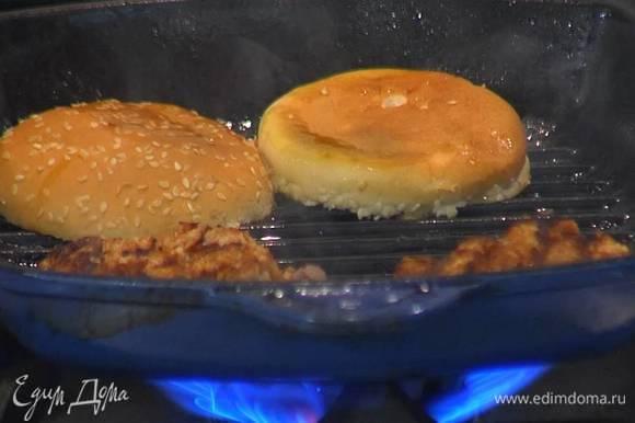 Половинки булочек обжаривать на той же сковороде с двух сторон до появления золотистых полосок.