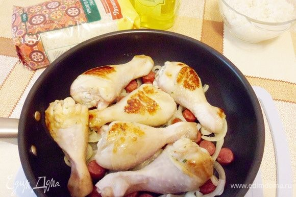 Переложить в общую сковороду к обжаренным луку и колбаскам.