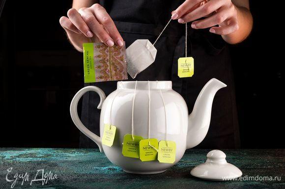 Заварите чай NEWBY «Зеленая сенча» и охладите.