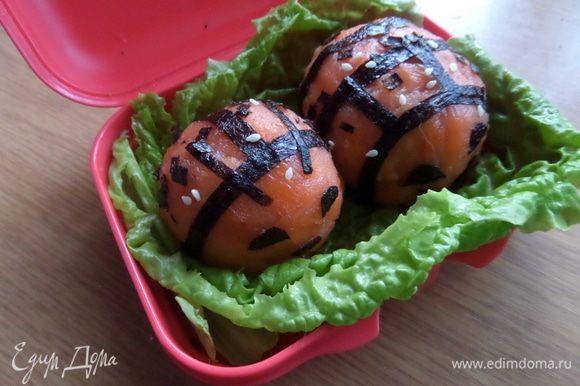 Такую закуску дают японским детям в школу. Я же обычно беру на работу в этой коробочке нарезанные на дольки яблоки, сыр, выпечку. На этот раз взяла еду по-японски )))