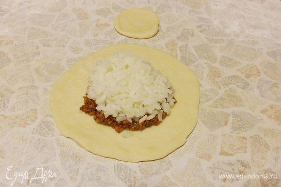Поверх корта — 1 столовую ложку с горкой отварного риса.