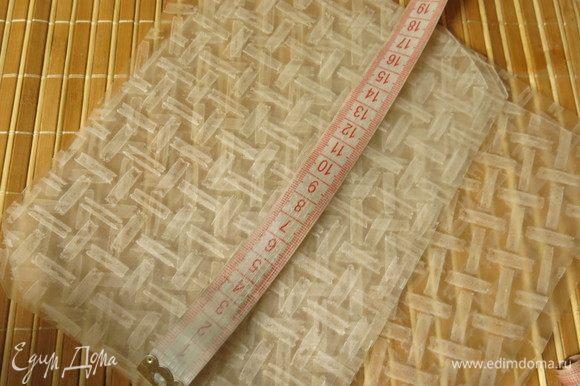 Вырезаем из рисовой бумаги прямоугольники размером 18,5-19,5 см на 11,5 см.