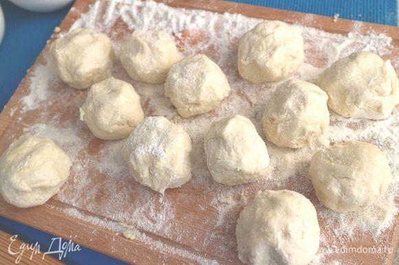 Завернуть в тесто. Получатся такие шарики. Вскипятить воду в большой кастрюле с щепоткой соли, сахаром и абрикосовым шнапсом. Положить клецки в кипящую воду, затем убавить огонь и варить минут 18-20, пока они не всплывут и не увеличатся в объеме.