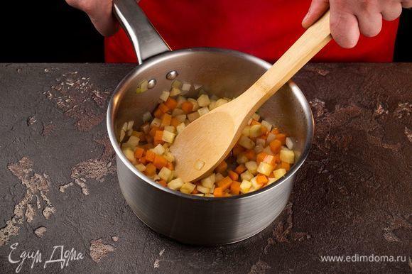 На растительном масле подрумяньте лук, добавьте морковь и сельдерей. Пассеруйте овощи 3 минуты.