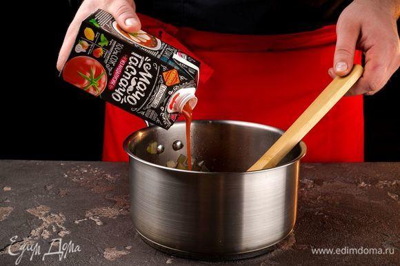 Добавьте сок «МачоГаспачо из Андалусии» и томите овощи под крышкой до мягкости сельдерея 10 минут.
