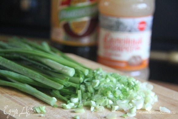 Мелко нарезать укроп и зеленый лук.