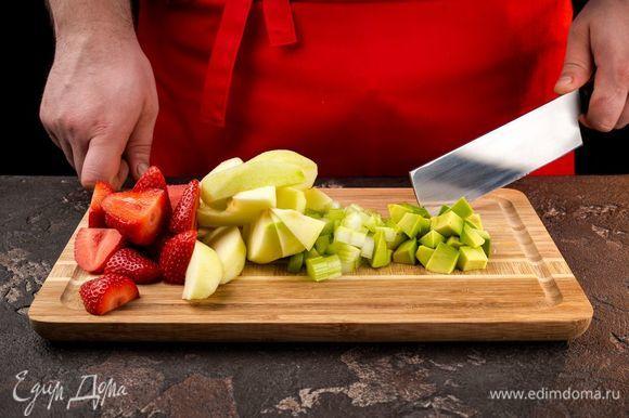 Авокадо и яблоки очистите и нарежьте на кусочки. Сельдерей промойте и нарежьте кусочками. Также промойте и нарежьте клубнику.