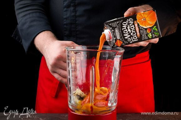 Добавьте сначала 100 мл сока «МачоГаспачо из Валенсии». Измельчите все до однородной консистенции. Если потребуется, добавьте и остальной сок.