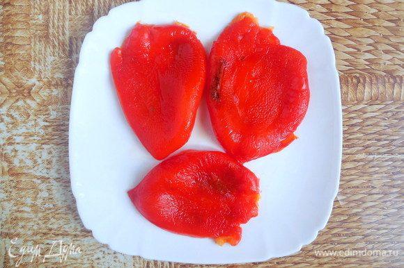 По истечении данного времени вынуть перец из пакета и очистить от кожуры и семян. Дать перцу остыть (можно поместить в холодильник для ускорения процесса).