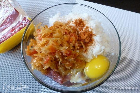 Смешаем мясной фарш, вареный рис, обжаренную капусту, сырое яйцо. Приправим паприкой, посолим. Хорошо размешаем.