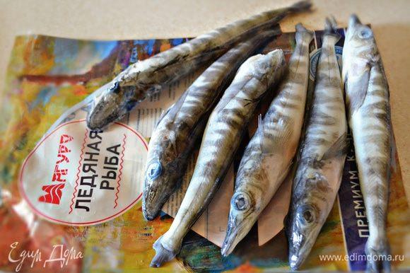 Для приготовления Эскабече я использовала ледяную рыбу ТМ «Магуро». Вы можете использовать любую другую морскую рыбу с малым количеством костей либо филе рыбы. Предварительно рыбу необходимо разморозить, почистить, сделать вдоль брюшка от головы до начала хвоста надрез, удалить внутренности и жабры. Тушки рыбы промыть и обсушить бумажными полотенцами.