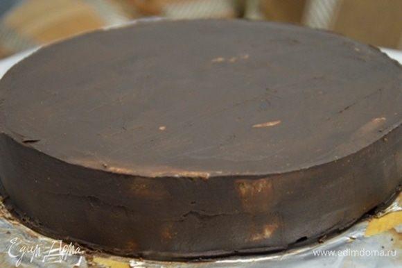 Выравниваем торт под мастику. Убираем в холодильник застывать.