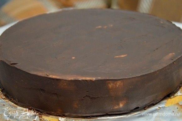 Выравниваем торт и отправляем в холодильник.