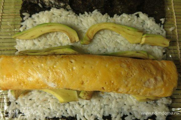 Омлет кладем на рис с авокадо.