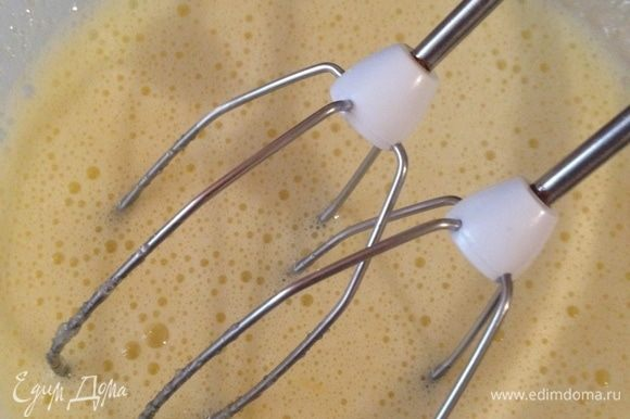 Пока основа выпекается, приготовить начинку. Снять цедру и отжать сок лимона. Взбить яйца с сахаром, добавить сливки и ванильный экстракт, затем не переставая взбивать влить лимонный сок. Добавить муку и хорошо перемешать.