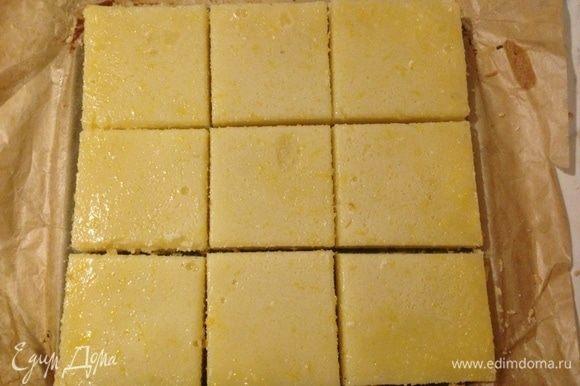 Вылить начинку на запеченную основу и снова отправить в духовку на 15-20 минут. Остудить готовый пирог в форме в течение часа при комнатной температуре, затем отправить в холодильник еще на 3 (и более) часа. Извлечь из формы, присыпать сахарной пудрой и по желанию цедрой, затем разрезать на порционные куски (на 9 частей).