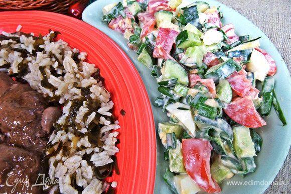 Также я подала простой, каждодневный салатик из огурца, помидора и зеленого лука.