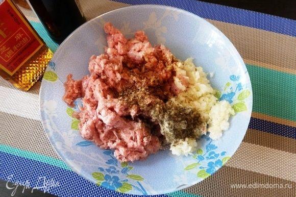 Смешаем свиной фарш, измельченные лук, чеснок и имбирь (я все измельчила в блендере). Добавим кунжутное масло, соевый соус, соль, перец, измельченный кориандр.