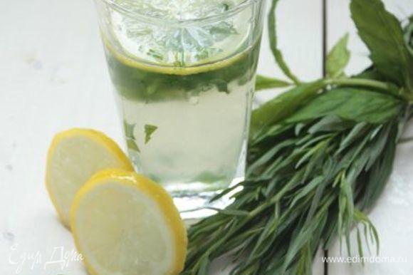 Перелейте лимонад в кувшин и охладите. За 10 минут до подачи обязательно добавьте в лимонад охлажденные дольки лимона и травяной лед. Если я подаю лимонад порционно, то я кладу в каждый стакан 3-4 кубика льда и дольку лимона, а затем доливаю лимонад. И дальше только наслаждаться и слушать комплименты гостей! :)