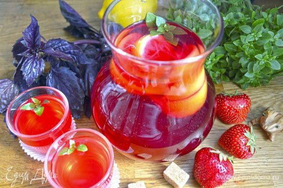 Напиток процедить, вернуть в него лимон, украсить листиками зеленого базилика и можно наслаждаться в горячем и холодном виде!