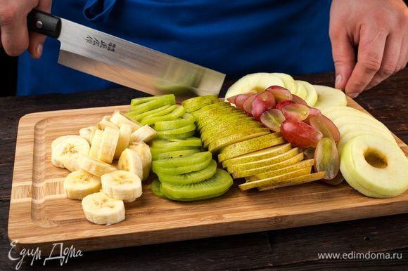 Подготовьте фрукты для сушки, нарежьте на кусочки. Виноград предварительно необходимо обдать кипятком.