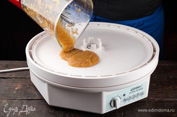 Разливаем полученную массу на слегка смазанный маслом лист для пастилы. Сушим пастилу при температуре 50–55°С 7 часов.