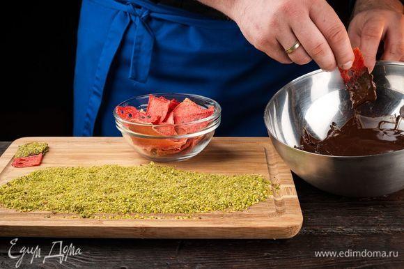 Молочный шоколад растопите на водяной бане, фисташки измельчите. Охлажденные чипсы полейте с одной стороны шоколадом.