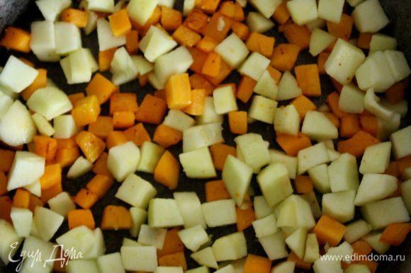 Тыквенные кубики положить в сковороду с жиром и обжарить в течении 2 минут, постоянно переворачивая их. Добавить нарезанные яблоки и готовить на маленьком огне еще пару минут, пока они не станут «стекловидными». Петрушку вымыть, обсушить, листья мелко нарезать. Овощи в бульоне пюрировать блендером, влить сливки и приправить солью, перцем.