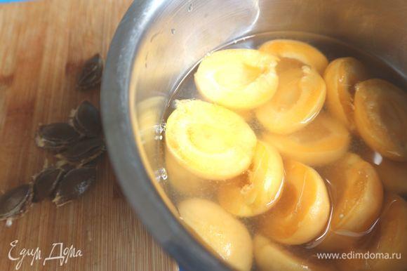 Абрикосы вымыть, разрезать пополам. удалите косточки. Поместить в кастрюльку с водой, сахаром (50 г), ванильным сахаром и лимонным соком (0,5 лимона), кратковременно прокипятить на небольшом огне.