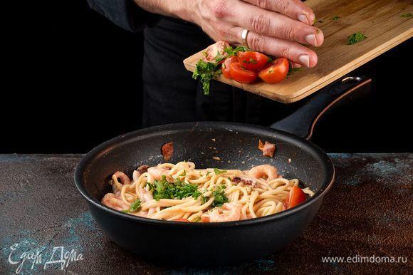 Добавьте помидоры черри, разрезанные пополам.