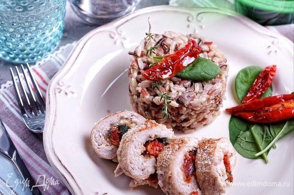 Можно использовать в начинках для мясных блюд. На фото куриные рулеты с сыром, шпинатом и вялеными томатами.