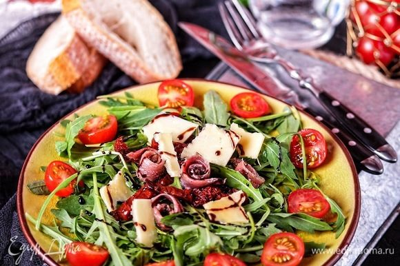 Ну и, конечно же, в приготовлении разонообразных салатов. На фото салат с руколой, пармезаном, копчеными анчоусами в масле и вялеными томатами.