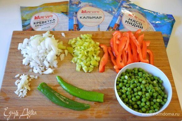 Лук и сладкий зеленый перец нарезать кубиками, чеснок мелко нарезать. Чеснок я всегда давлю сперва ножом, а потом мелко режу (у кого-то подсмотрела). Острый перец почистить и разрезать пополам. Красный болгарский перец нарезать длинной соломкой. Зеленый горошек разморозить и помыть.
