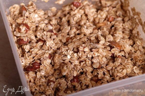 Смешать орехи в большой миске с овсяными хлопьями и семенами. Добавить белковую массу и очень хорошо перемешать. Все компоненты смеси должны быть «смазаны» белковой массой.