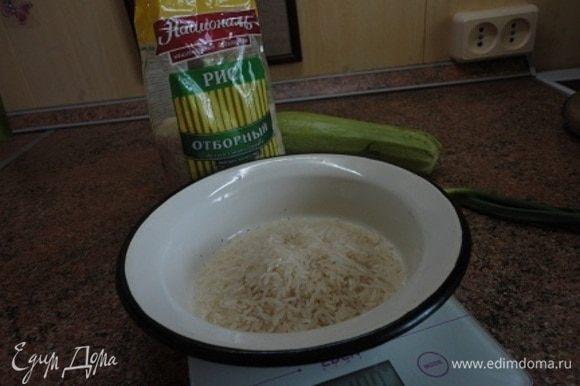 Рис ТМ «Националь» отварить в воде в соотношении 1:2 при медленном кипении, пока рис полностью не впитает воду. Так он вкуснее, чем когда варится в большом количестве воды и отвар сливается.