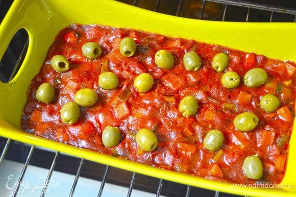 Добавить оливки и выпекать еще в течение 7 минут.