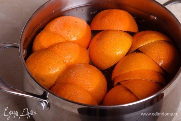 Половинки апельсиновых корок как следует промыть в проточной холодной воде, очистить от пленок, сложить в кастрюлю, залить холодной водой и оставить минимум на 3 суток, каждый день меняя воду. Таким образом мы избавляемся от горечи.