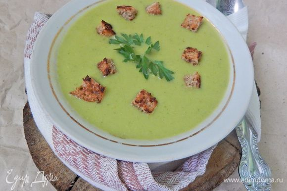 Разлить суп по тарелкам, посыпать сухариками и подавать к столу. Приятного аппетита!