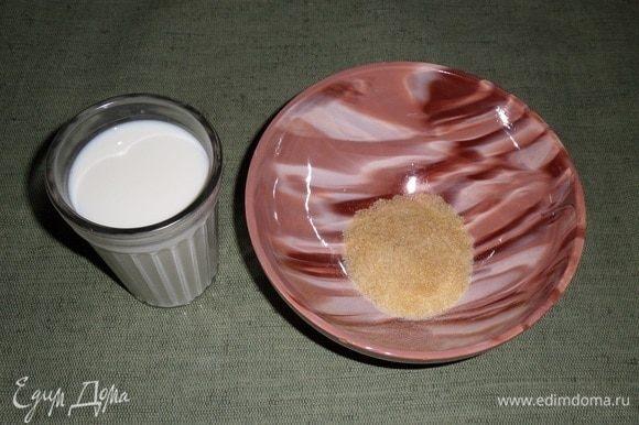 В чашку высыпаем желатин. Добавляем холодное молоко.