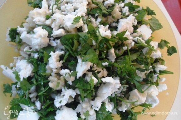 Из коробочки с фетой 2-3 ложки сока вылить в рис,фету нарезать кубиками и разложить сверху салата.Сбрызнуть салат растительным маслом и перемешать.