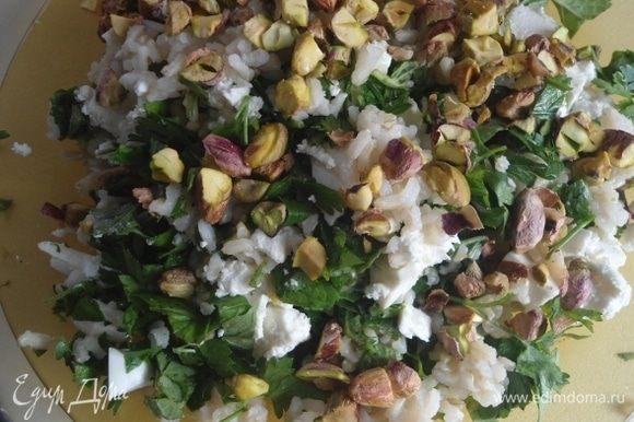 Фисташки соленые порубить ножом и присыпать салат.