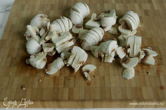 Грибы почистить и нарезать. Разогреть духовку до 250°С.