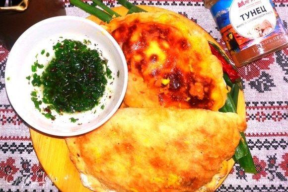 Когда время приготовления истекло и на столе уже стоит традиционный соус чимичурри, вынимаем эмпанадос из духовки. Сдабриваем сливочным маслом и посыпаем натертым желтком. Всегда когда готовлю рыбу, добавляю маринованный желток, очень мне нравится это сочетание. Рецепт можно посмотреть здесь https://www.edimdoma.ru/retsepty/102324-marinovannye-zheltki. Эмпанадос получаются с характером, но если за столом любители очень остренького, предлагаем им приправлять пирожки соусом.